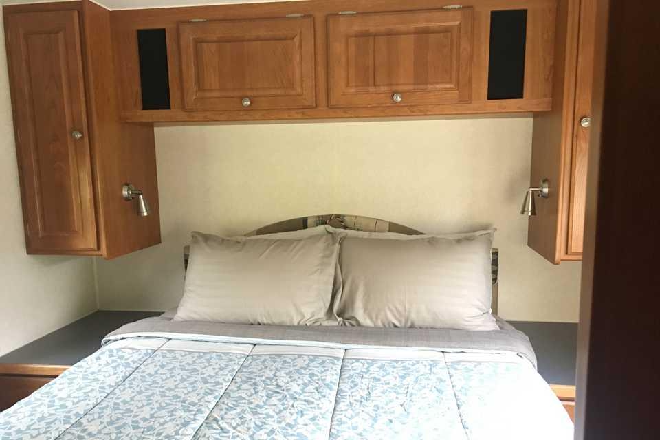 Enterprise! 30 foot with 1 Slide, sleeps 6 Comfortably in Calgary, Alberta